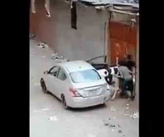 【衝撃】泥棒が車に羊2頭と牛1頭を無理やり乗せ盗もうとする衝撃映像