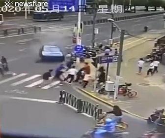 【事故】75歳おじいさんが運転するポルシェが暴走。街灯をなぎ倒し歩行者に突っ込む衝撃映像
