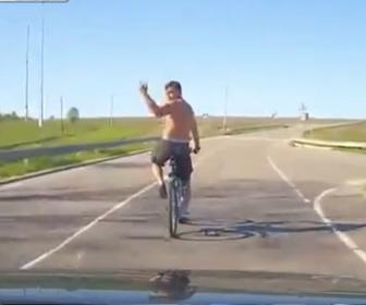 【衝撃】自転車に乗る男が車の進路を邪魔し中指を立てるが…