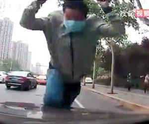 【衝撃】中国の保険金詐欺師がヤバ過ぎる!猛ダッシュしフロントガラスに突っ込んでくる衝撃映像