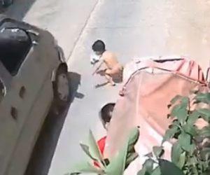 【事故】幼児が家の前の道に飛び出してしまいバンに轢かれてしまう衝撃事故映像