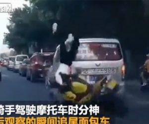 【事故】バイクを運転する女性ライダー。前方不注意で停車したバンに気付かず…