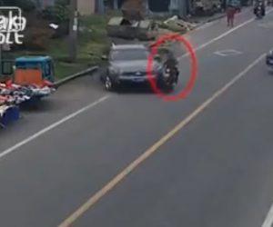 【事故】女性が運転する車がスクーターに激突。パニックになった女性ドライバーは…