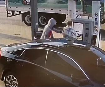 【衝撃】ガソリンスタンドで給油中の男性に後ろからナイフを持った男が近づき…