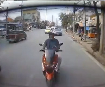 【事故】男性がスマホを見ながらスクーターを運転するが…