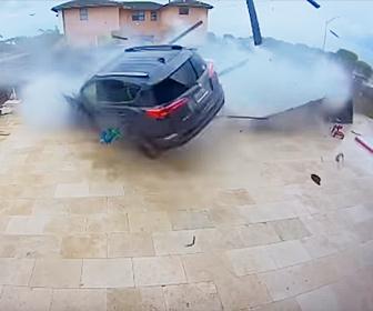 【事故】猛スピードの車が民家の塀を倒しプールを飛び越えて突っ込んでくる衝撃事故映像