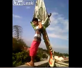 【衝撃】少年が手作りの凧を背負い屋上から飛び降りるが…