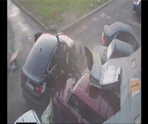 【衝撃】カーショップに武装強盗が侵入するがカーショップ従業員が車に乗り込み…