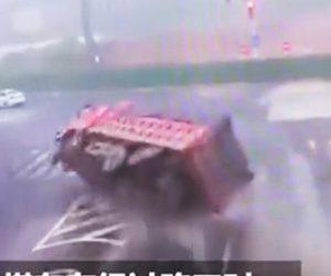 【事故】石炭を積んだ大型トラックが猛スピードで横転。信号待ちの車が押しつぶされる衝撃事故映像