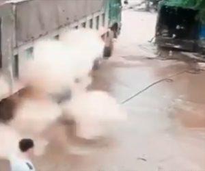 【衝撃】大型トラックのタイヤが爆発し作業員が吹き飛ばされる衝撃映像