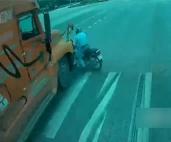 【事故】無理に左折するバイクが猛スピードのトラックにはね飛ばされてしまう衝撃映像
