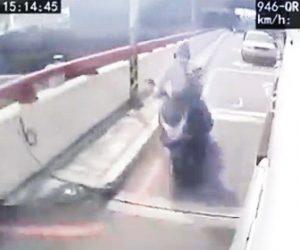 【事故】右折するトラックにスクーターが進路を塞がれスクーターは壁に激突し…