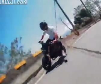 【事故】猛スピードのバイクがコーナーを曲がり切れず崖から落下してしまう衝撃事故映像