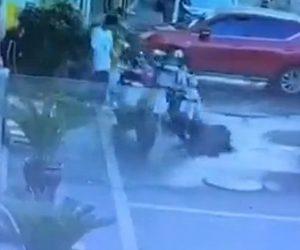 【衝撃】バイクを支えて歩く男性がマンホールに落下してしまう衝撃映像