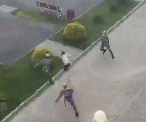 【衝撃】コロナで外出禁止の男性が建物から外に出るがすぐに警備隊に追いかけられ…