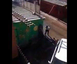 【衝撃】男性が警察隊にお尻を見せて挑発するが…