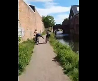 【衝撃】男が自転車に乗っている友達を蹴り飛ばし川に落とす衝撃映像