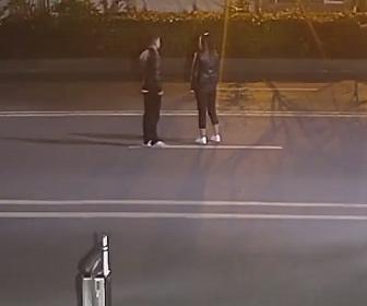 【衝撃】車道で言い争いをするカップル。女性は突然車道に倒れ…