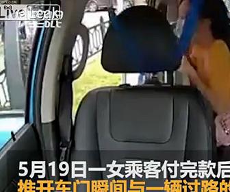 【事故】タクシーを降りる女性がドアを開けるが猛スピードのバイクが突っ込んでしまう衝撃映像