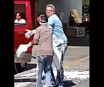 【喧嘩】ホームセンター駐車場で4人の男達が喧嘩。ペンキを投げつけ激しい。