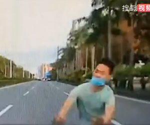 【衝撃】全力で車に突っ込んでくる中国の当たり屋がヤバ過ぎる