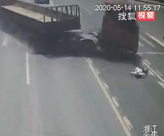【事故】横断歩道を走って渡る女性が猛スピードのトラックにはね飛ばされてしまう衝撃事故映像