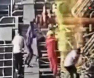 【爆発】貨物船が突然大爆発し甲板で作業する男性達が吹き飛ばされる衝撃映像