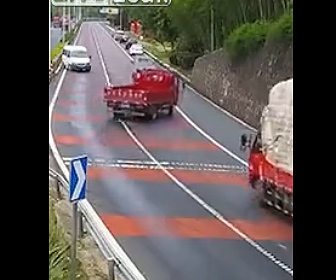 【事故】高速道路を走るトラックからオイルが漏れ後続車が次々にスリップしてしまう衝撃映像