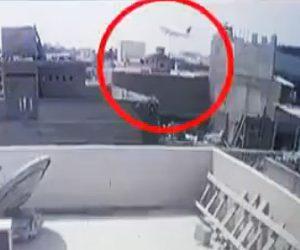 【飛行機墜落】乗客100人を乗せた飛行機が市街地に墜落する衝撃事故映像