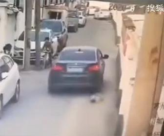 【衝撃】母親が押すベビーカーから子供が落下し車に轢かれてしまう衝撃映像