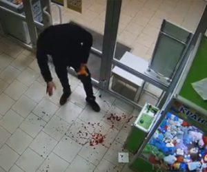 【衝撃】クレーンゲームがうまくいかず、ガラスを殴って破壊しぬいぐるみを持っていく男がヤバ過ぎる