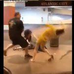 【暴行】駅のホームで乱闘。男の強烈なパンチで女性が殴り倒される衝撃映像