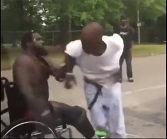 【喧嘩】車椅子の男性VS酔っ払い男。車椅子男性が強すぎる衝撃映像