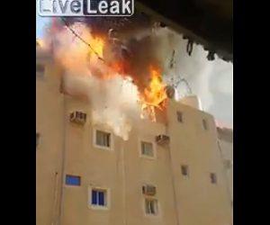 【衝撃】火事で建物が燃え消防車が来るが、屋上の貯水タンクが爆発し一瞬で火が消える衝撃映像
