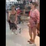【衝撃】マスクをしないでスーパーで買い物をする女性達が注意され衝撃の行動に出る