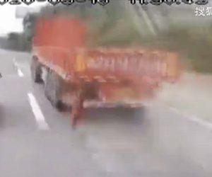 【事故】猛スピードで走るトラックから金属片が取れバスフロントガラスに突っ込んでくる衝撃映像