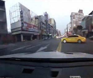 【事故】公道を猛スピードで走る車がタクシーに突っ込んでしまう衝撃映像