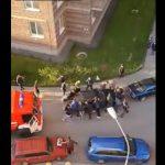 【衝撃】火災現場に行く消防車が路上駐車の車に進路を塞がれるが…