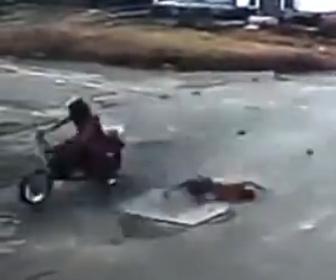 【事故】猛スピードのバイクが父親の目の前で少年をはね飛ばしてしまう衝撃事故映像