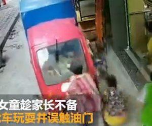 【事故】4歳の少女が三輪バイクに乗りアクセルを回してしまい少年とお婆さんを轢いてしまう衝撃事故映像