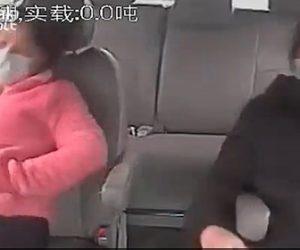 【事故】高速道路で事故を起こしたバスの車内映像。シートベルトをせずに寝ている女性2人が…