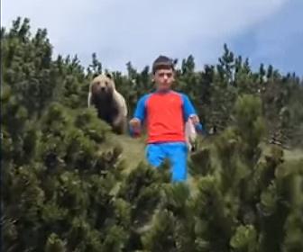 【動物】ピクニックをしている少年の後ろに巨大なクマが現れる衝撃映像