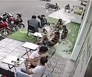 【衝撃】テラス席でコーヒーを飲んでいる人達にガラスパネルが降ってくる衝撃映像
