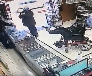 【強盗】車椅子の男が強盗。足に銃を持ち店員を脅す衝撃映像