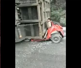 【閲覧注意動画】大型トラックが横転。押し潰された車から人が…