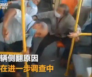 【事故】シートベルトをしていない老人達が乗るバスが横転。車内カメラ映像が凄い!