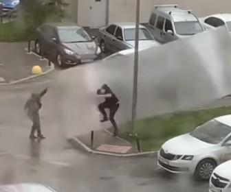 【衝撃】強風で飛ばされた屋根で男性が吹き飛ばされる衝撃映像