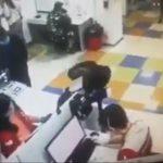 【衝撃】郵便局でマスクをしていない女性がサービスを拒否され衝撃の行動に出る