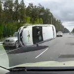 【事故】対向車線に車が停車している車に激突し横転しながら突っ込んでくる衝撃映像