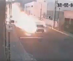 【爆発】ガソリンスタンドでガス漏れ。車道を走る車に炎が襲いかかる衝撃映像